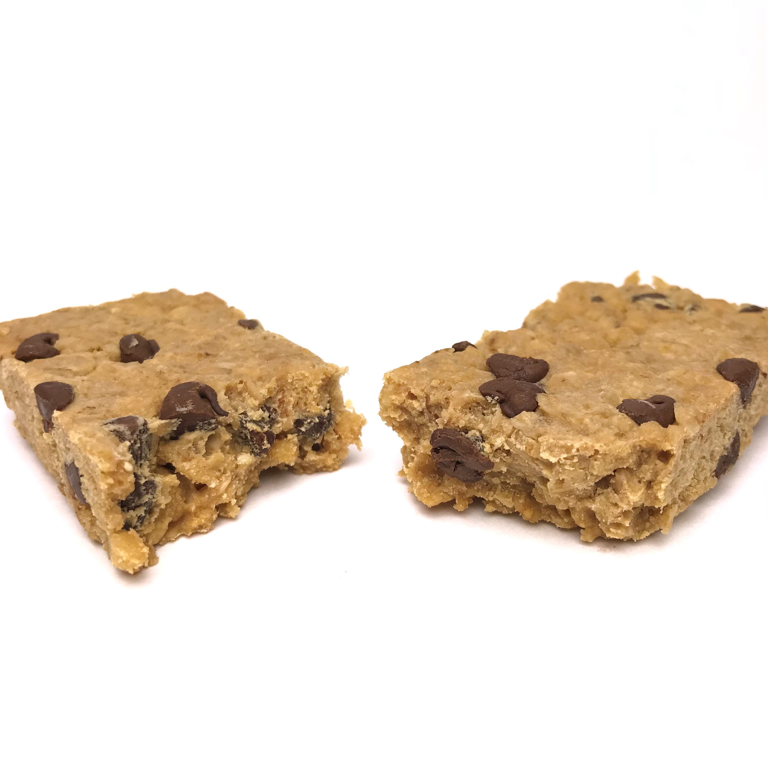 Chocolat Chip Protein Bar in half